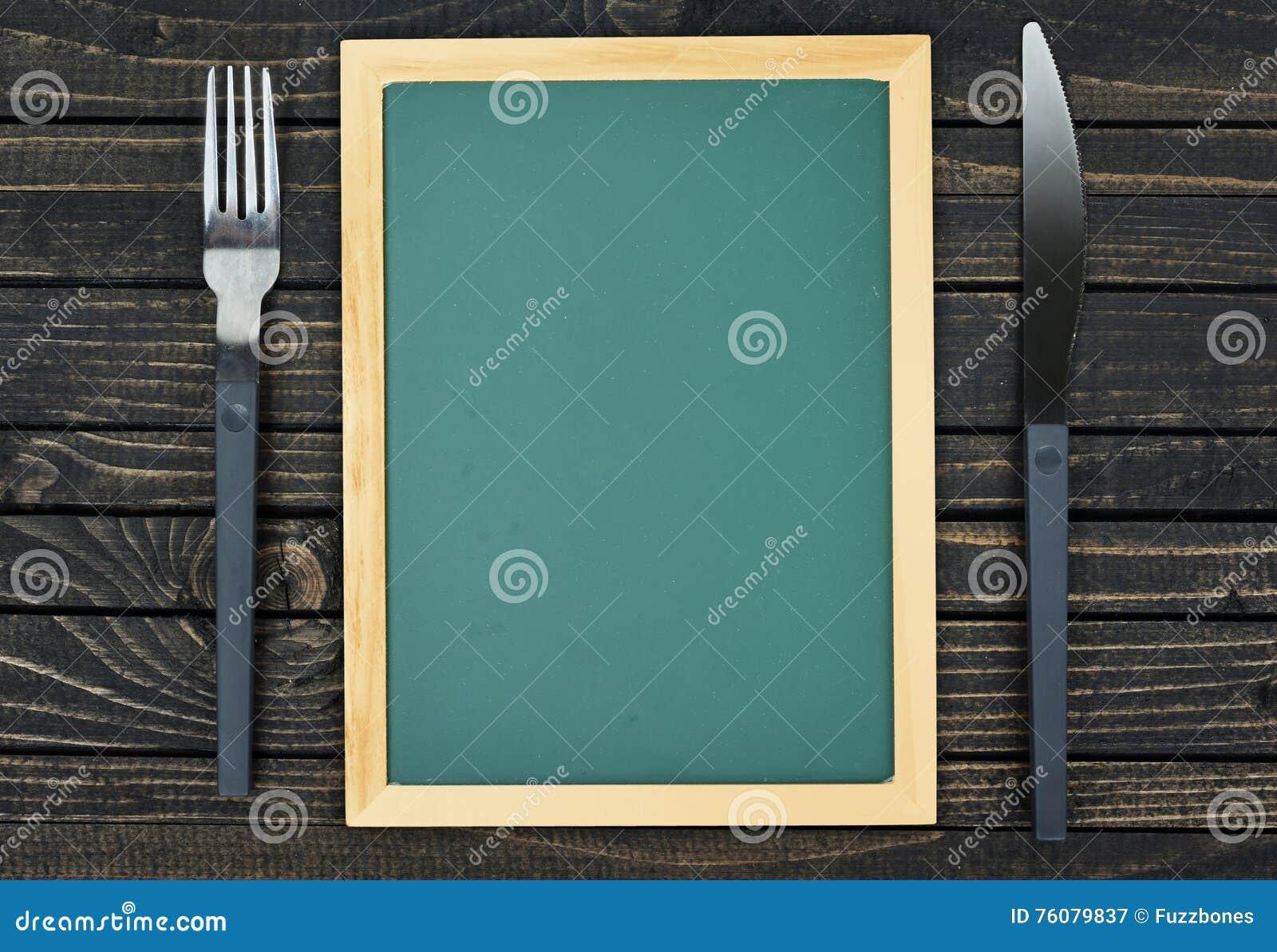 Fourchette et couteau sur la table