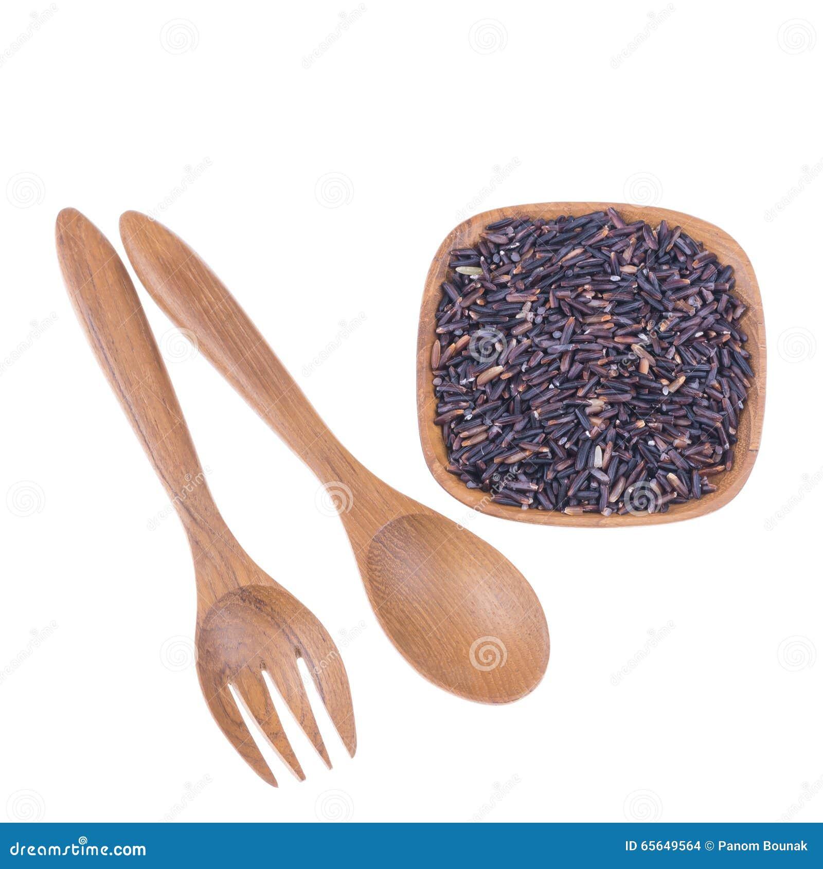 Fourchette et cuillère en bois naturelles avec du riz dans la petite cuvette en bois