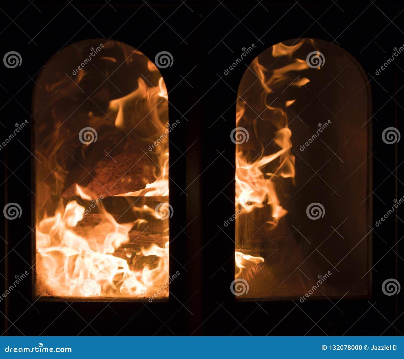 Fourchettes faisantes rage de flamme en cheminée