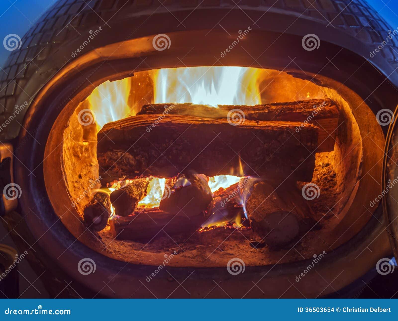 Fourneau en bois et bois brûlant à l intérieur