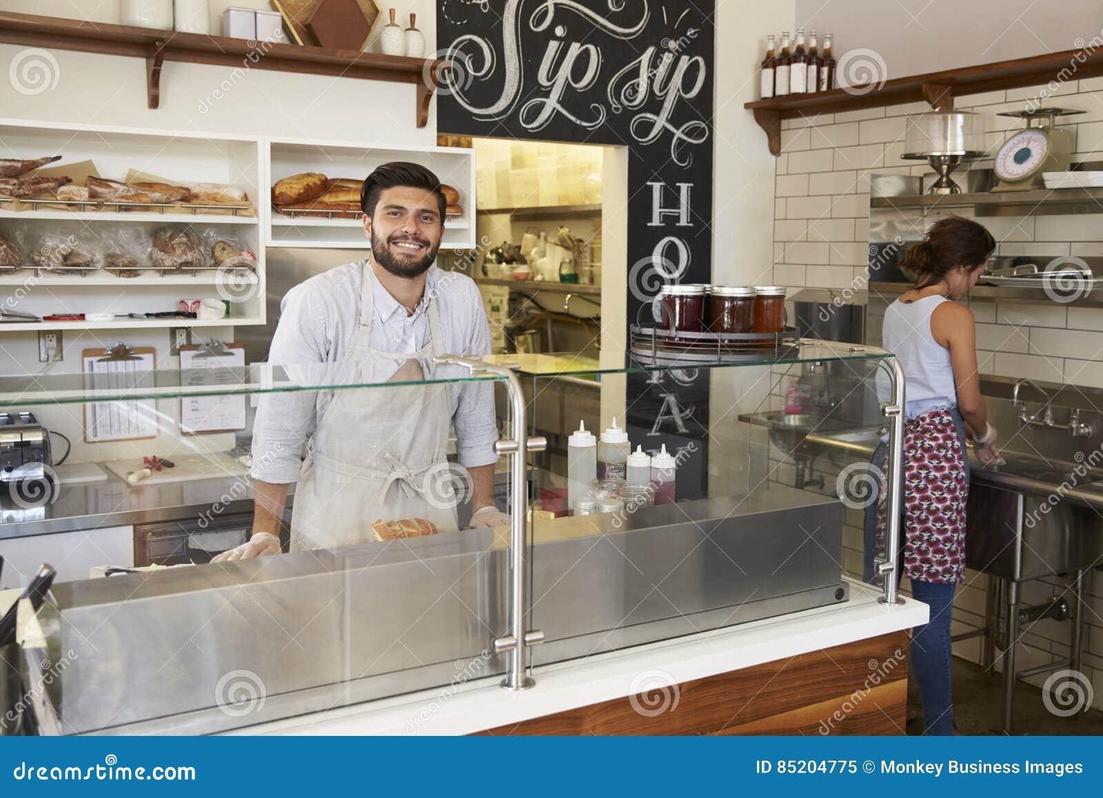 Fournissez le travail de personnel derrière le compteur à une barre de sandwich