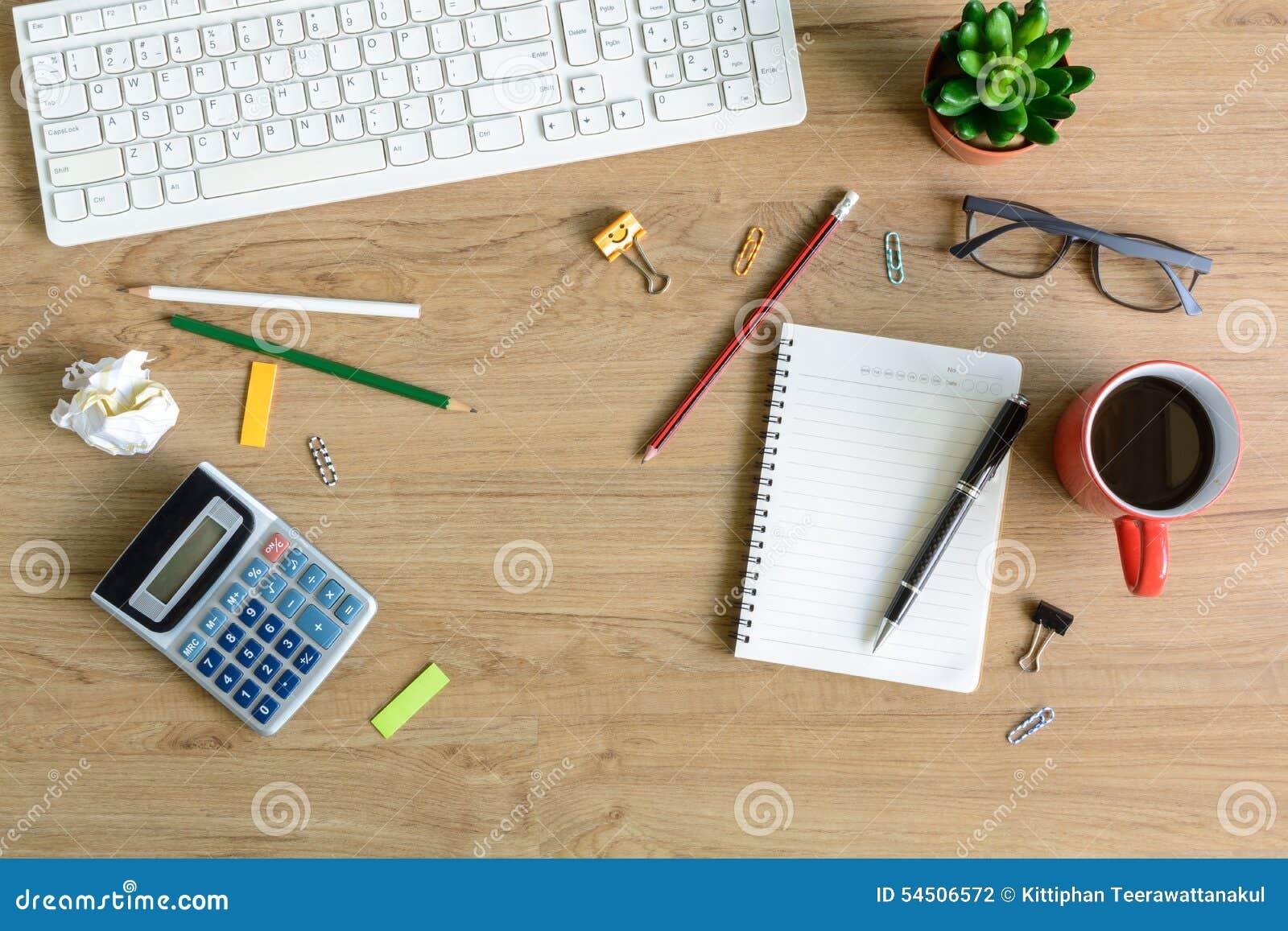 Fourniture de bureau et tasse de café sur le bureau