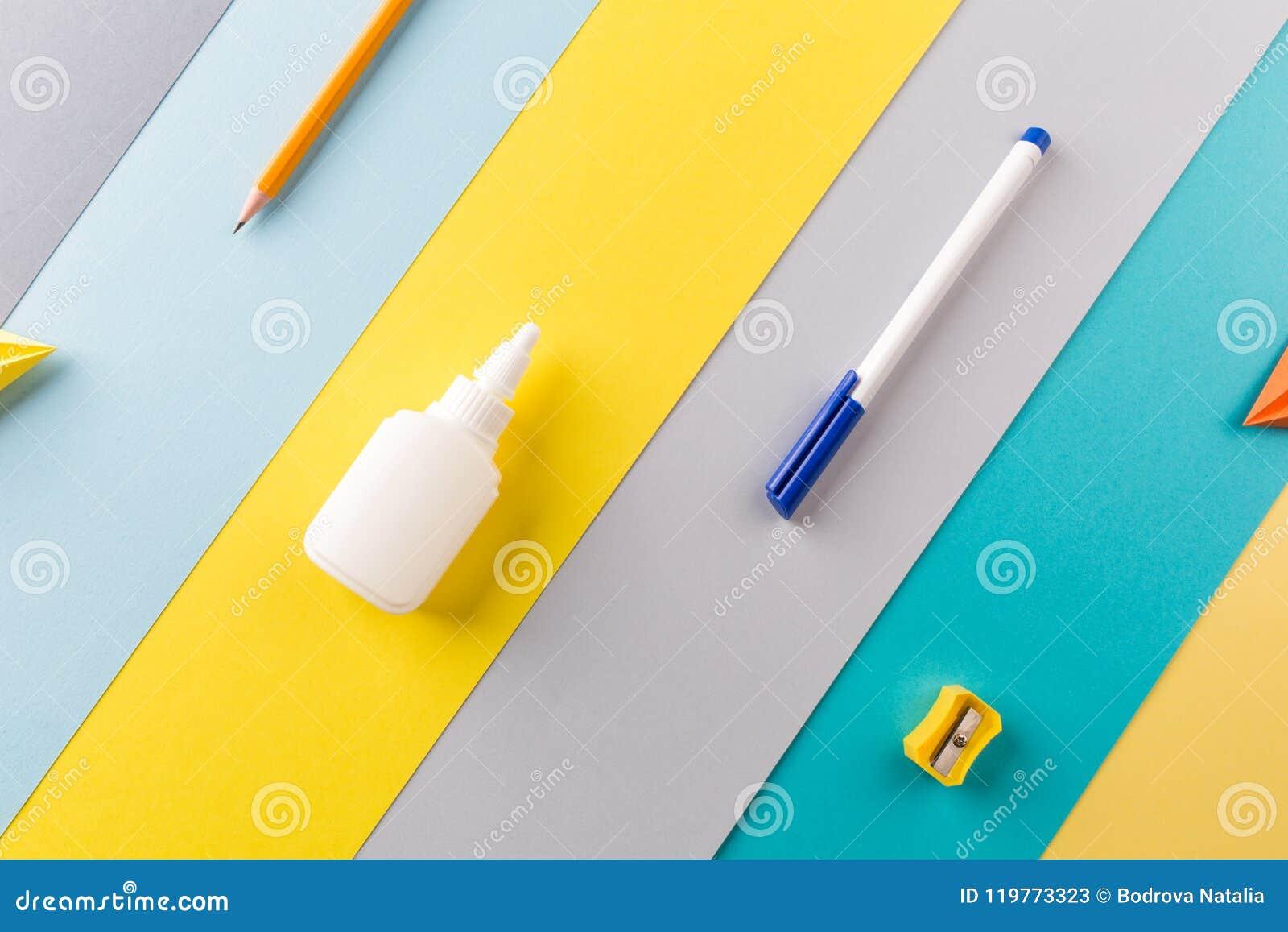 Fournitures de bureau d école et sur le fond rayé lumineux concept : de nouveau à l école, minimalisme