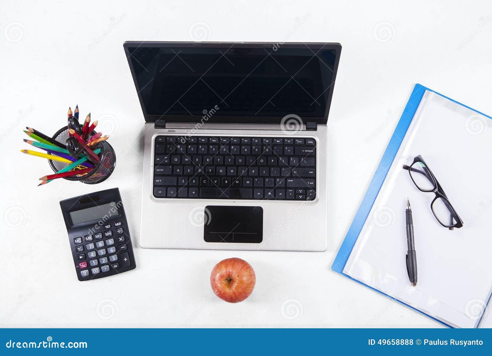 Fournitures de bureau et ordinateur portable 2 photo stock image