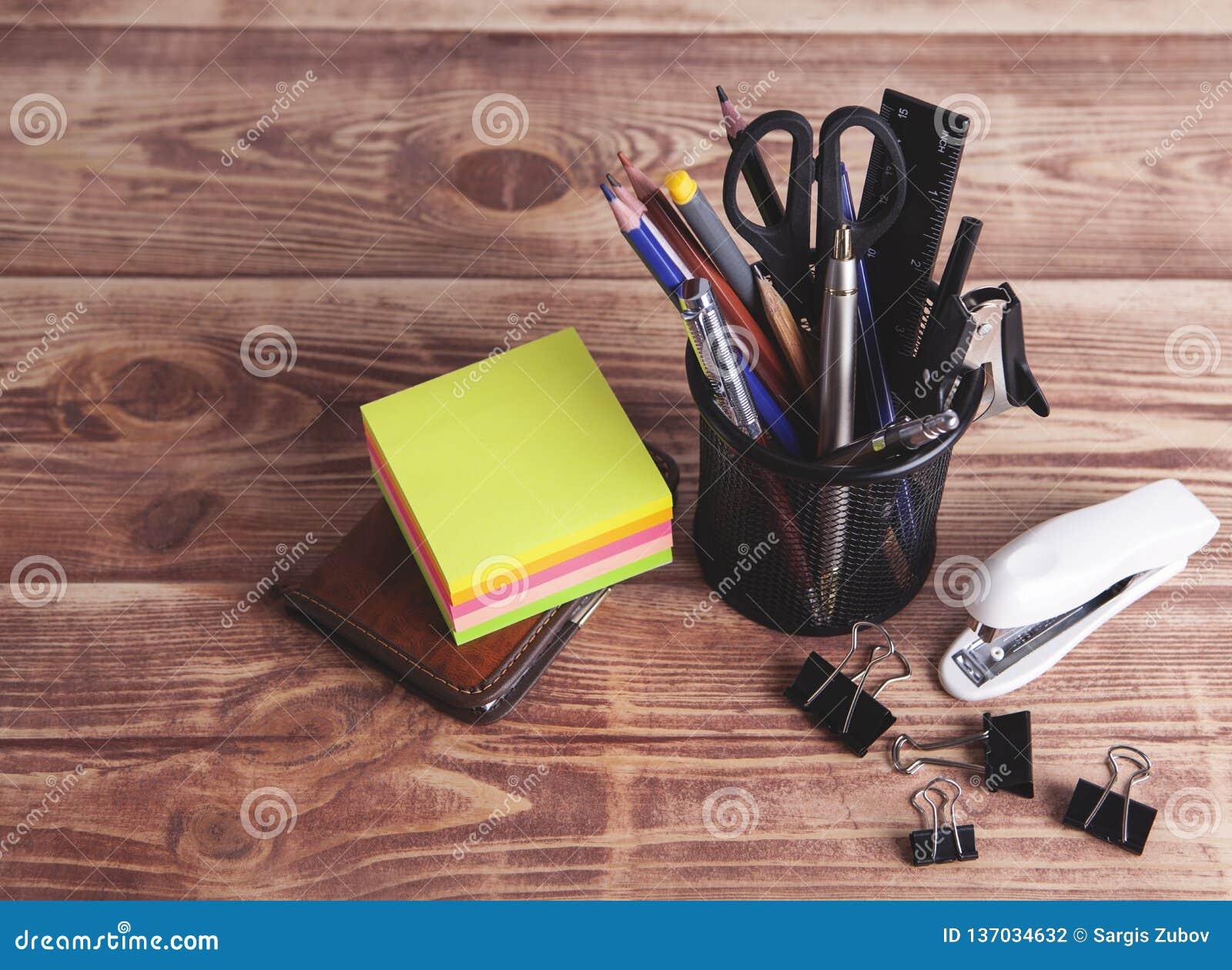 Fournitures de bureau sur la table
