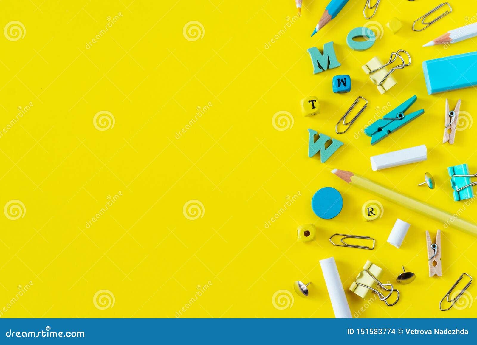 Fournitures scolaires multicolores sur le fond jaune avec l espace de copie