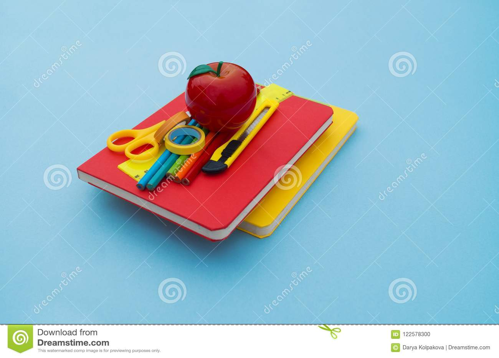 Fournitures scolaires sur le fond bleu De nouveau à l école kindergarten