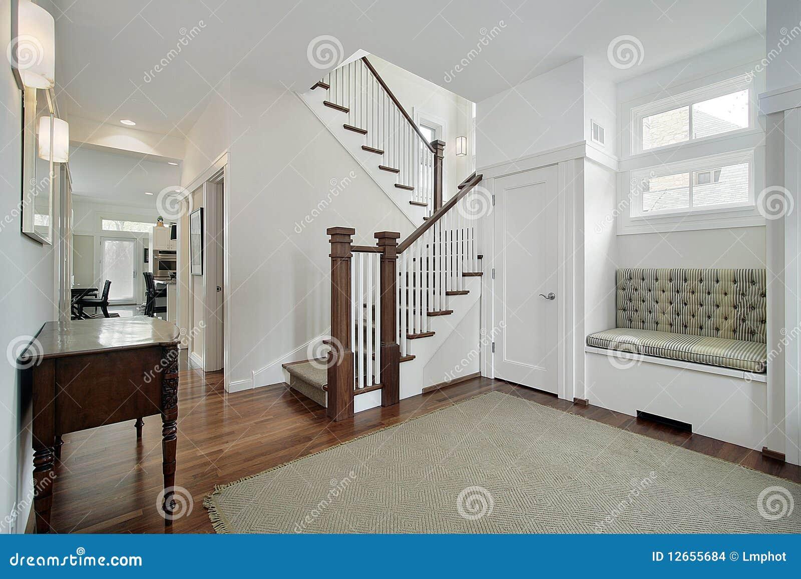 Escalier Dans Maison Ancienne foyer dans une maison suburbaine plus ancienne photo stock
