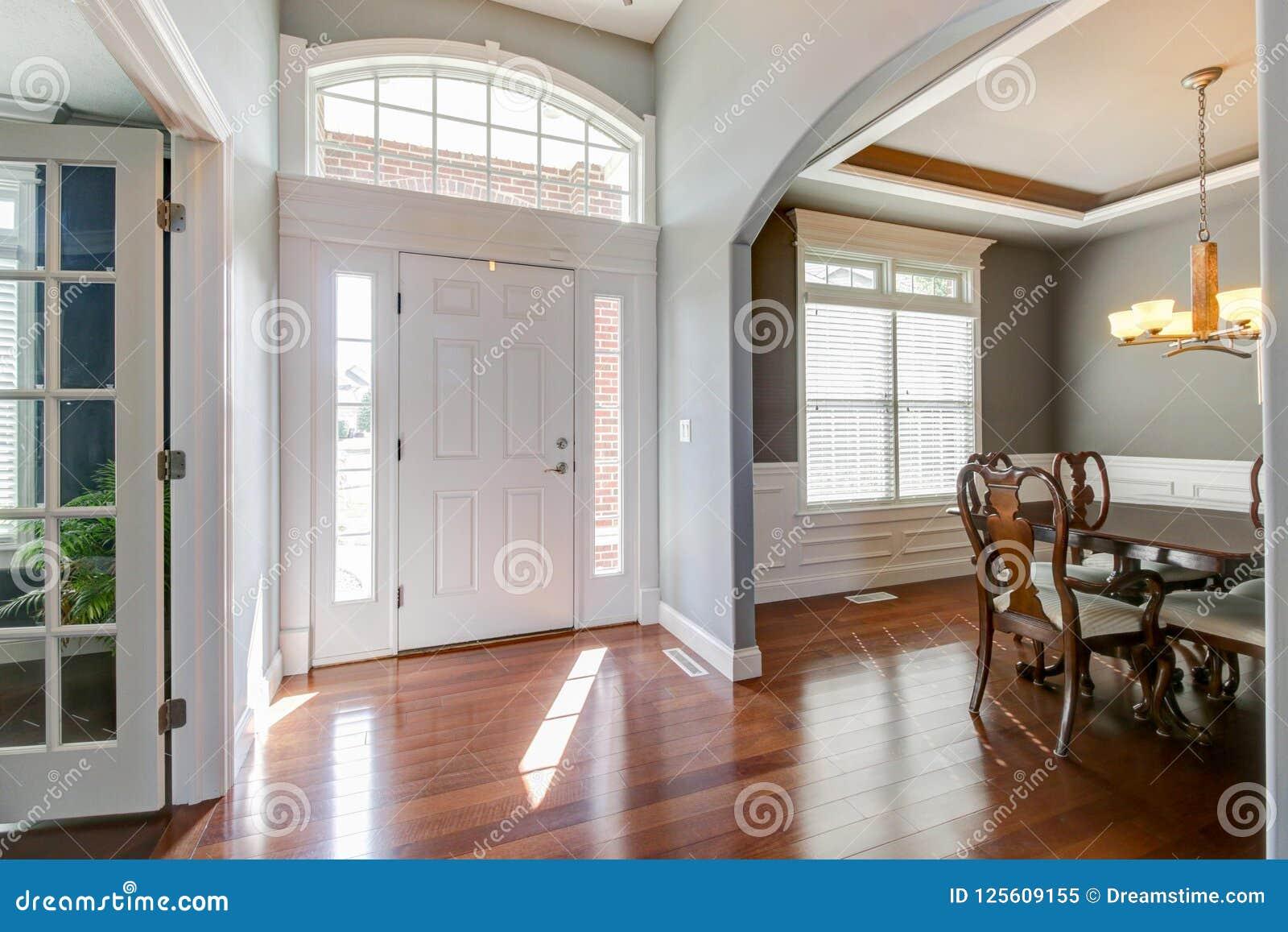Foyer lumineux avec la vue de la salle à manger et du salon