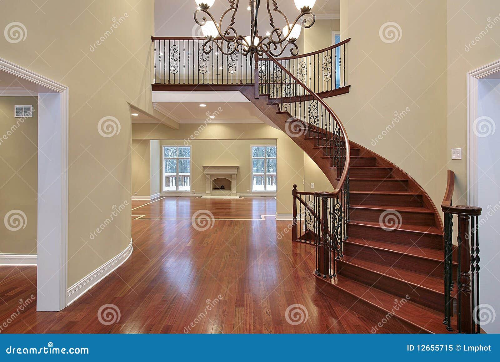 Foyer Mit Balkon Und Gebogenem Treppenhaus Stockbild Bild Von