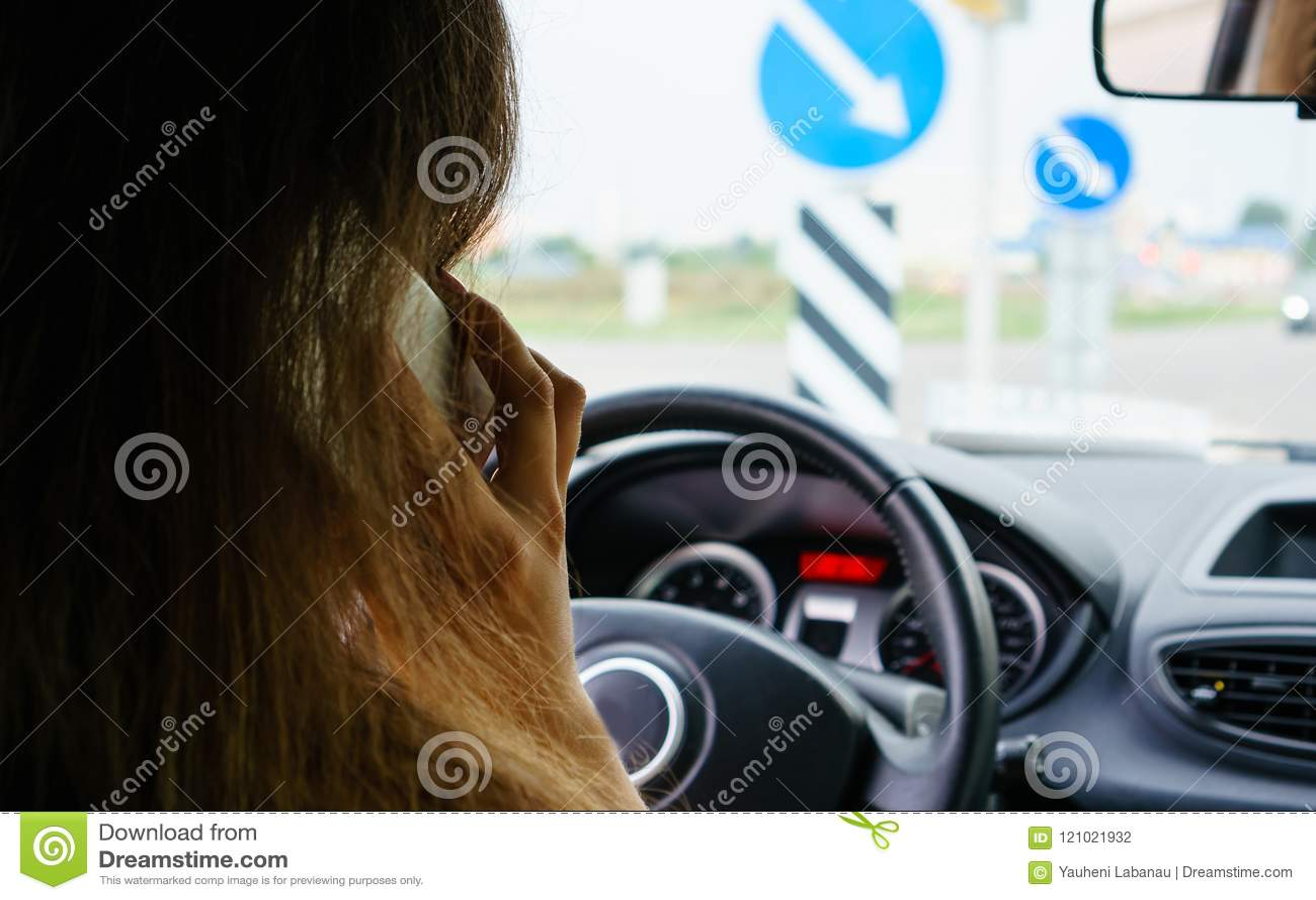 Foyer sélectif sur la femme d affaires parlant sur le whil futé de téléphone