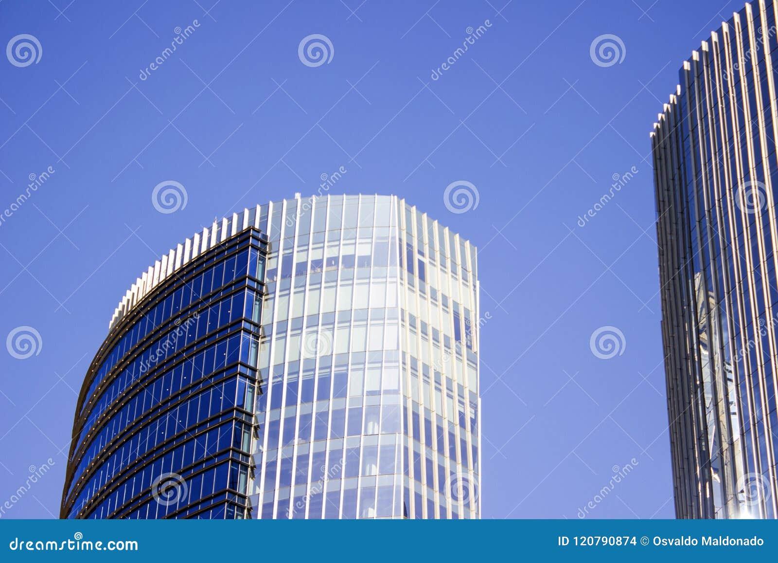 Främre façade av en blå företags byggnad bredvid dess tvilling- byggnad
