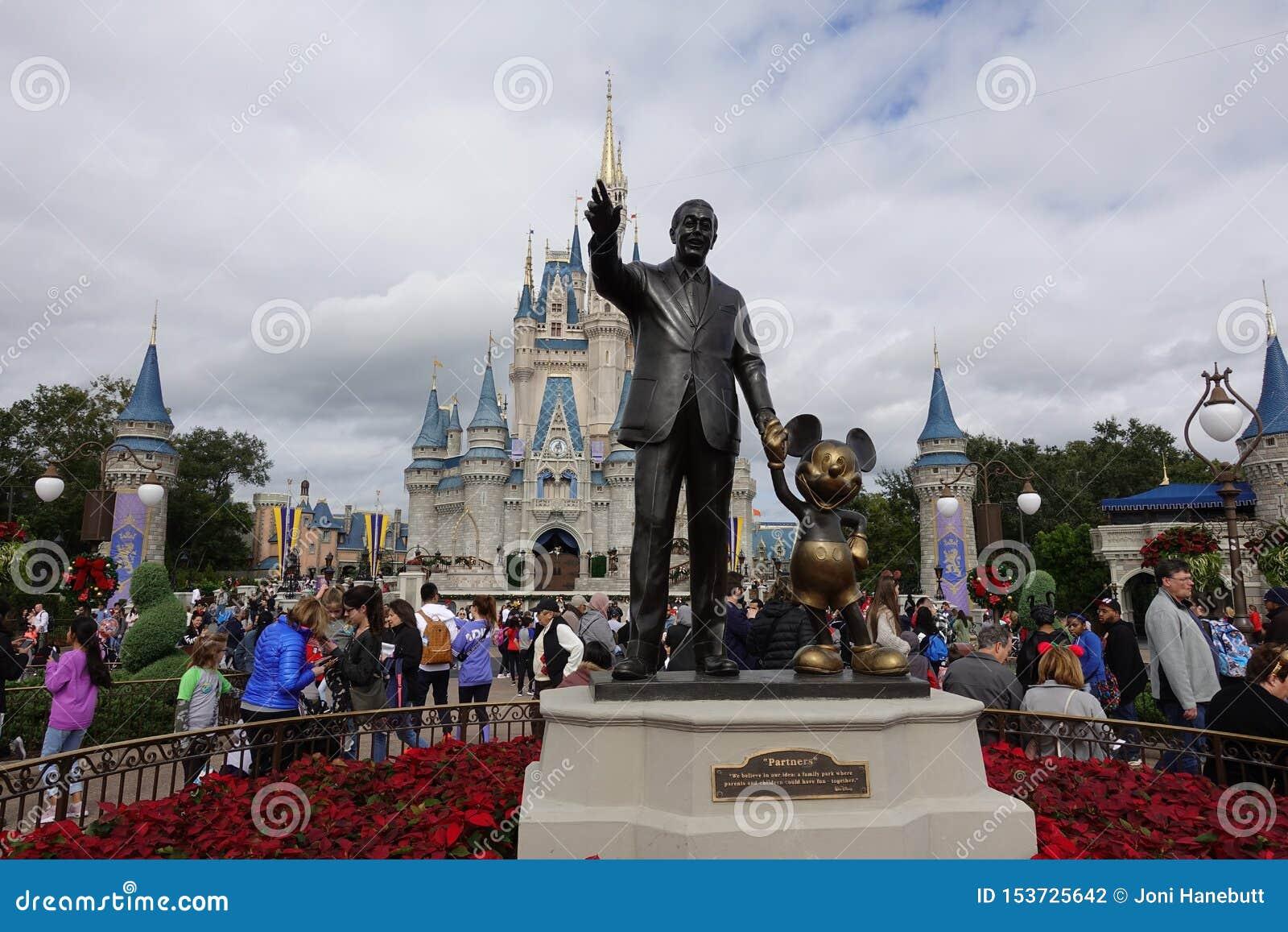Främre horisontalsikt av den Walt Disney och Mickey Mouse Partners statyn