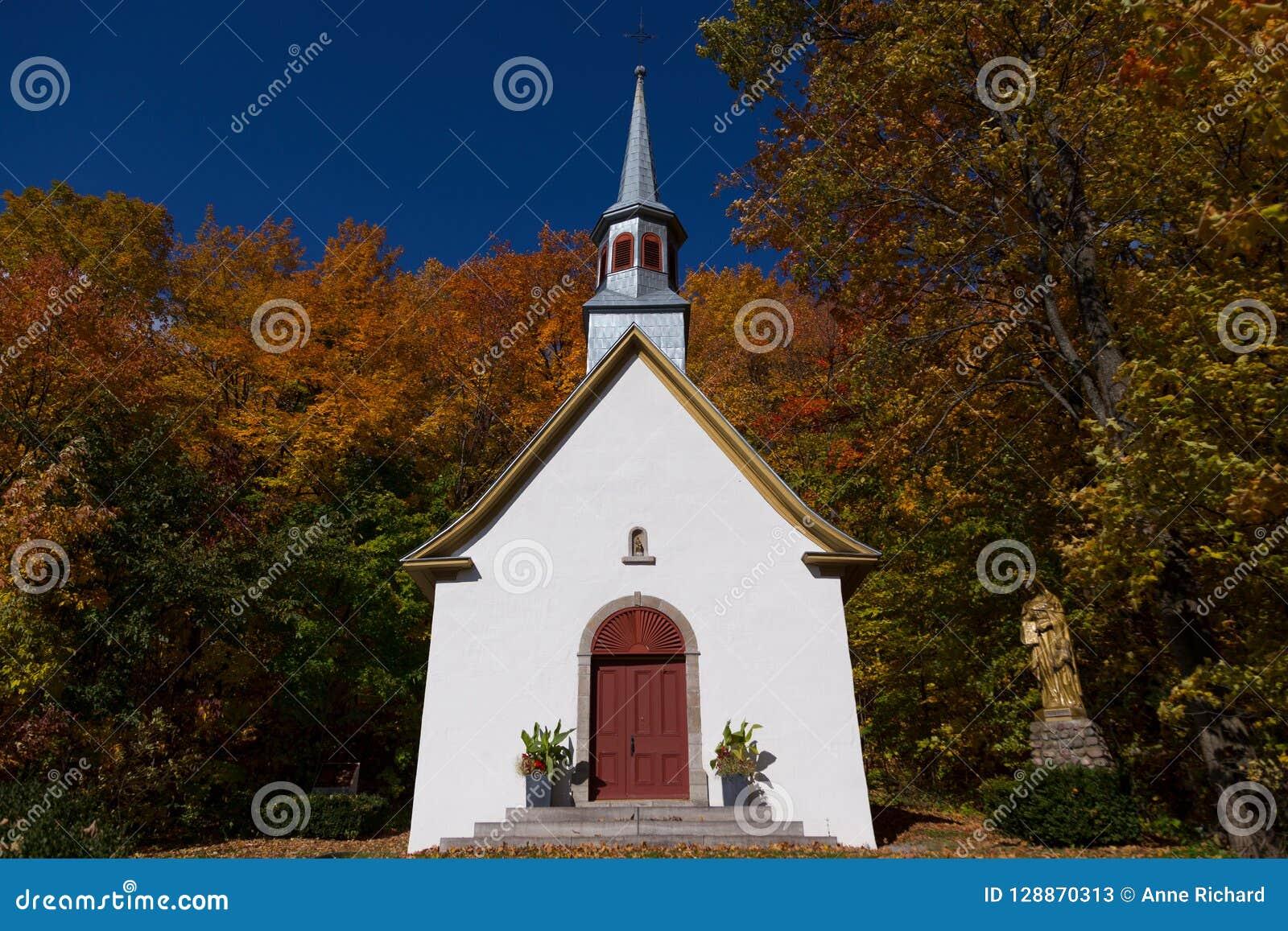 Främre sikt av det härliga mitt--Arton århundradeprocessionkapellet