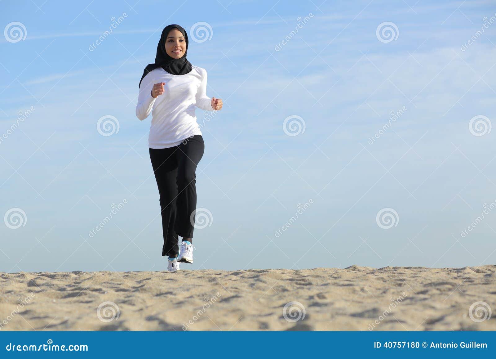 Främre sikt av en spring för kvinna för arabsaudieremirater på stranden