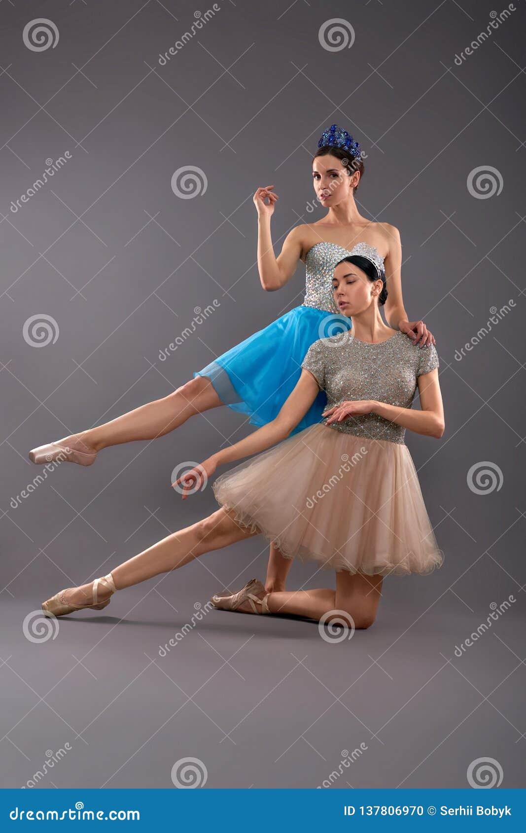 Främre sikt av unga kvinnliga dansare som poserar i studio