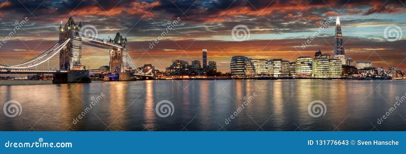 Från tornbron till den London bron under solnedgång