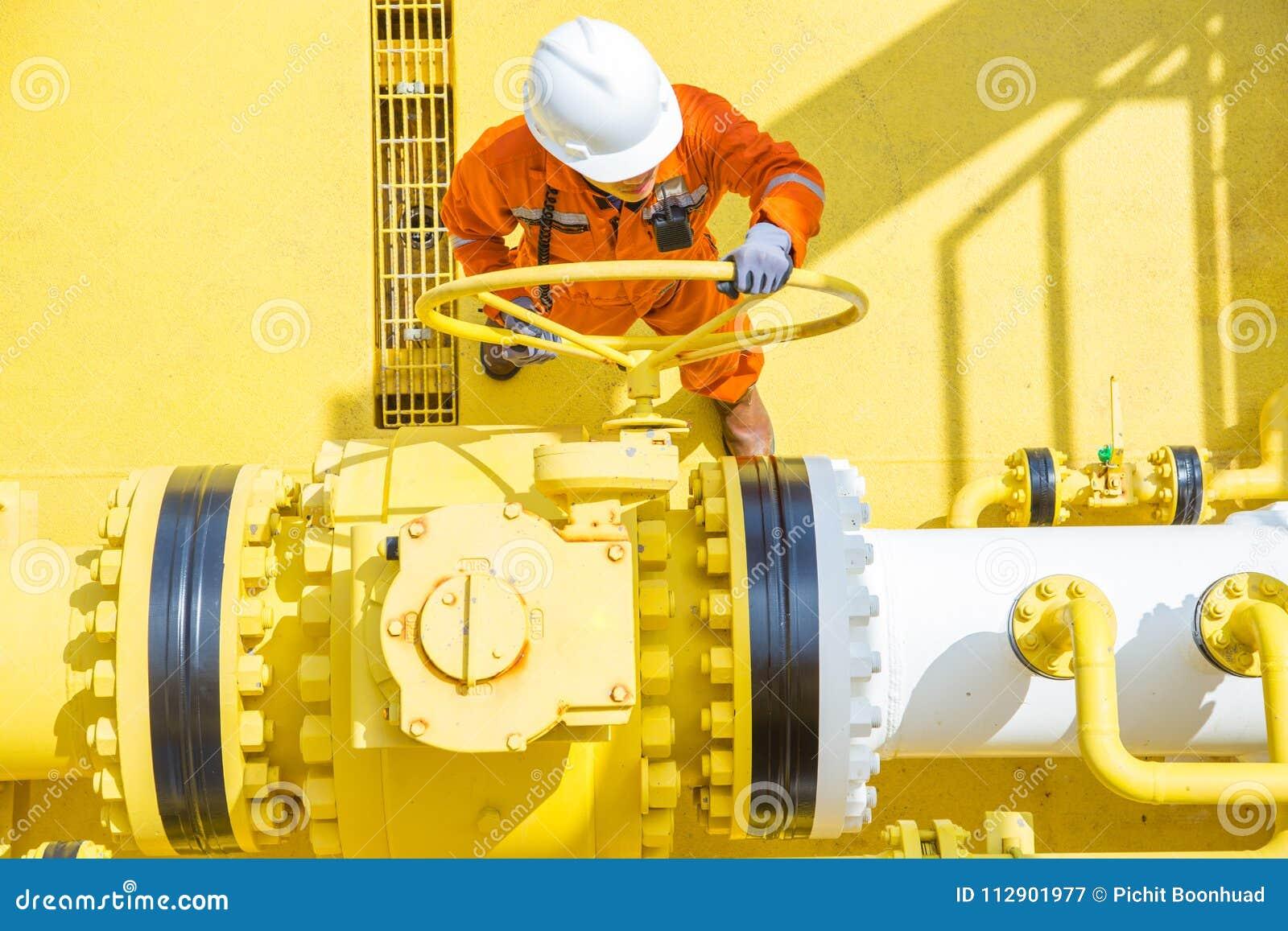 Frånlands- fossila bränslenoperationer, öppen ventil för produktionoperatör som låter gas som flödar till havslinjen rör för över
