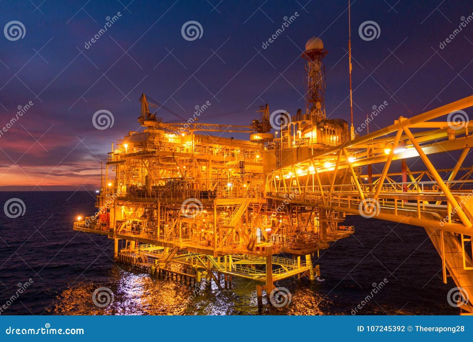 Frånlands- plattform för fossila bränslenrigg med härlig solnedgångtid eller