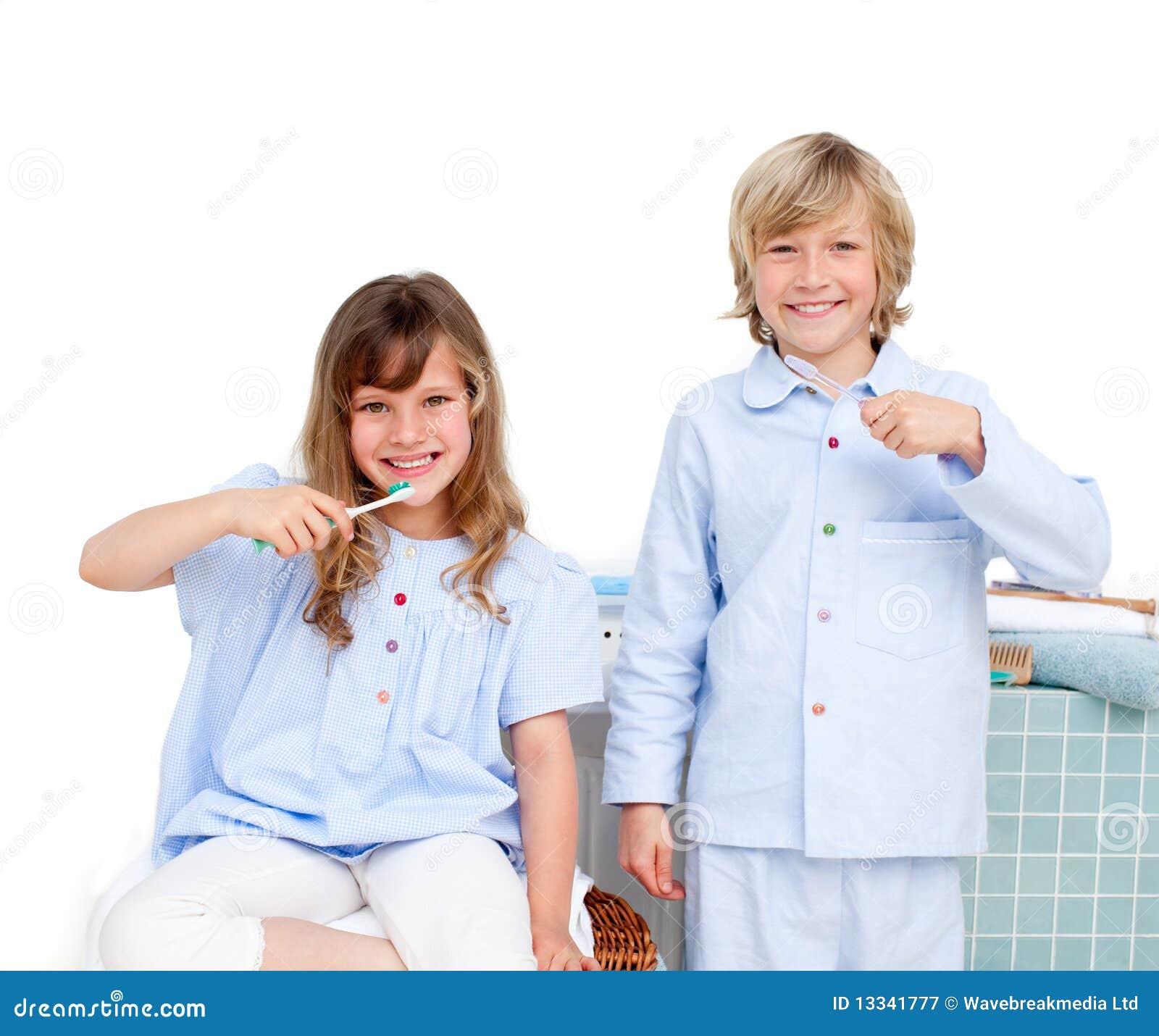 Frère et siter de sourire se brossant les dents