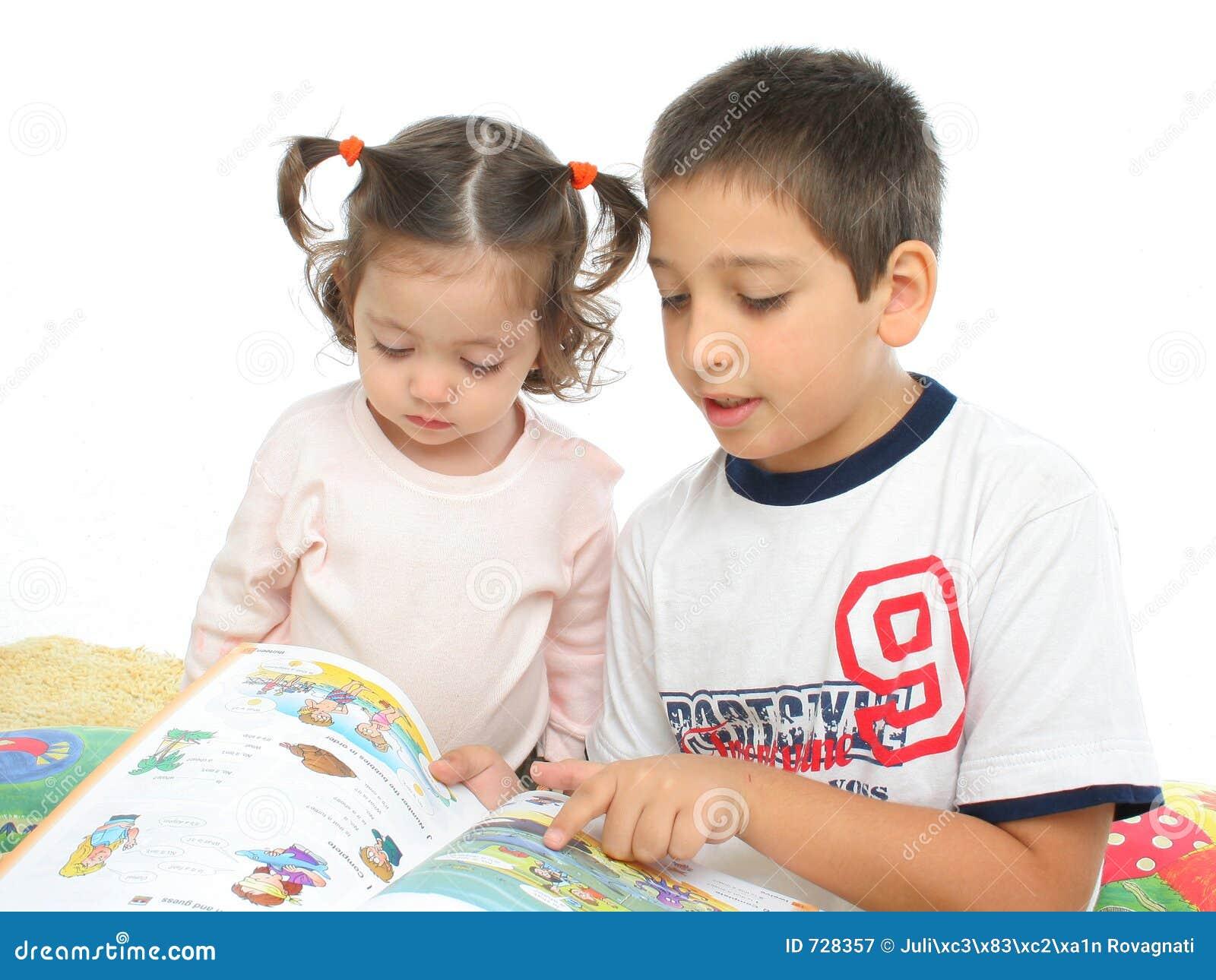 Frère et soeur affichant un livre sur l étage