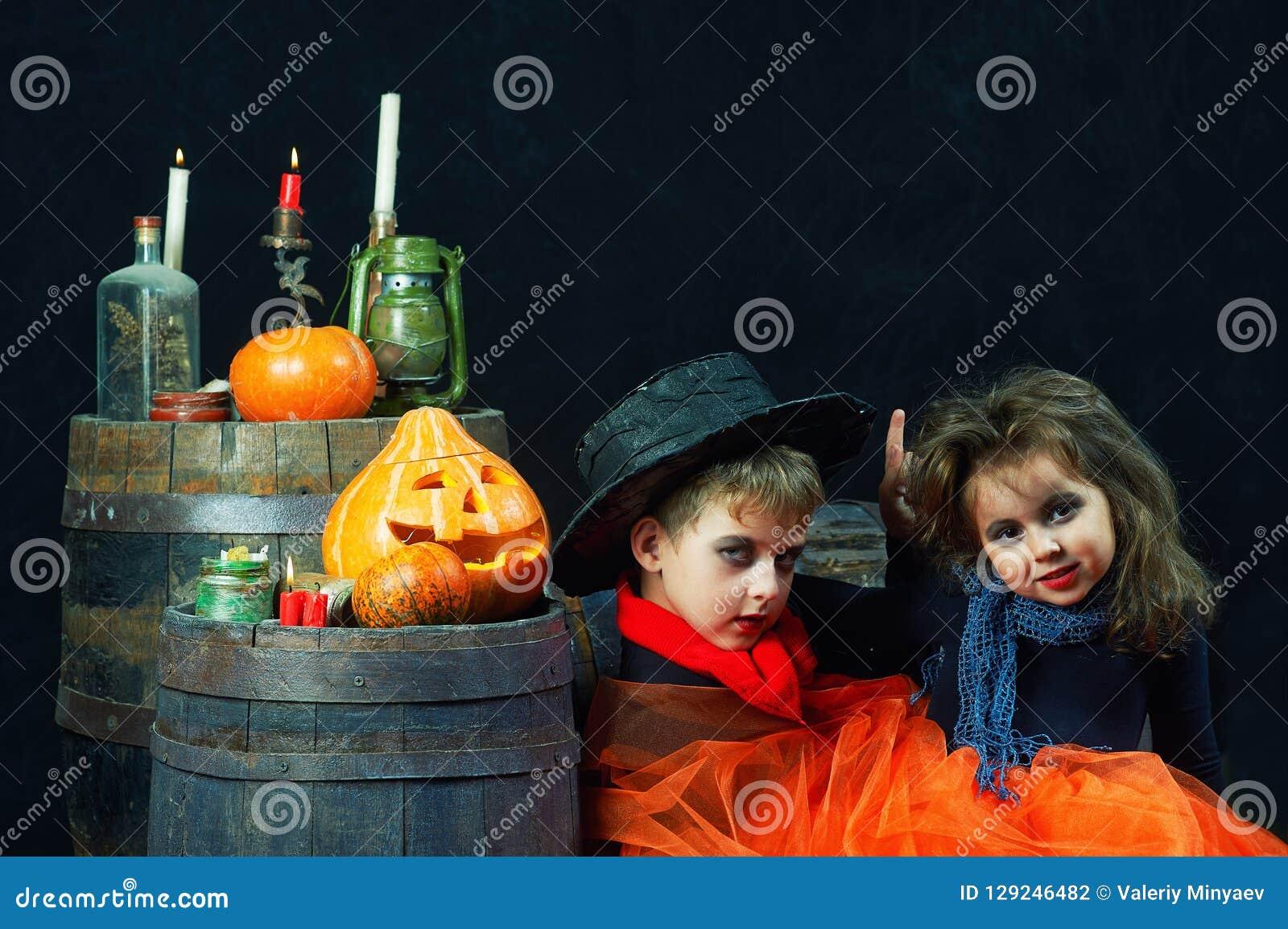 Frère et soeur Halloween Enfants drôles dans des costumes de carnaval sur le fond foncé