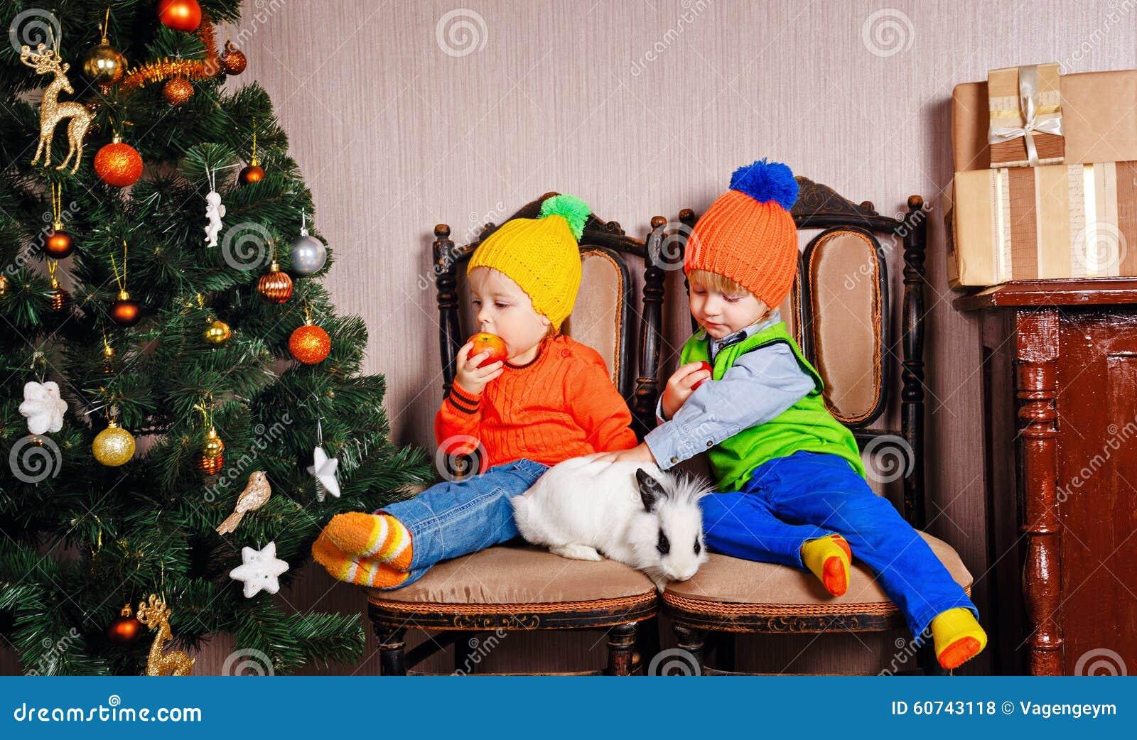 Frère, soeur et un lapin près d arbre de Noël