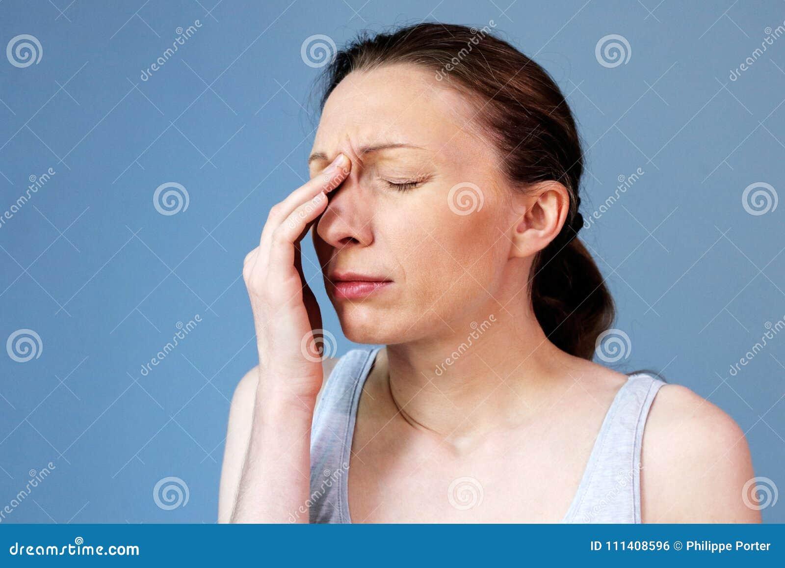 Frío de la gripe de la enfermedad del trabajo de la mujer del dolor de cabeza de sino