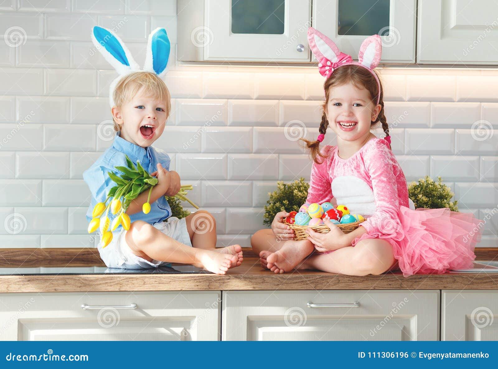 Fröhliche Ostern! Lustige Lustige Kinder L Mit Den Ohrhasen, Die Rea ...