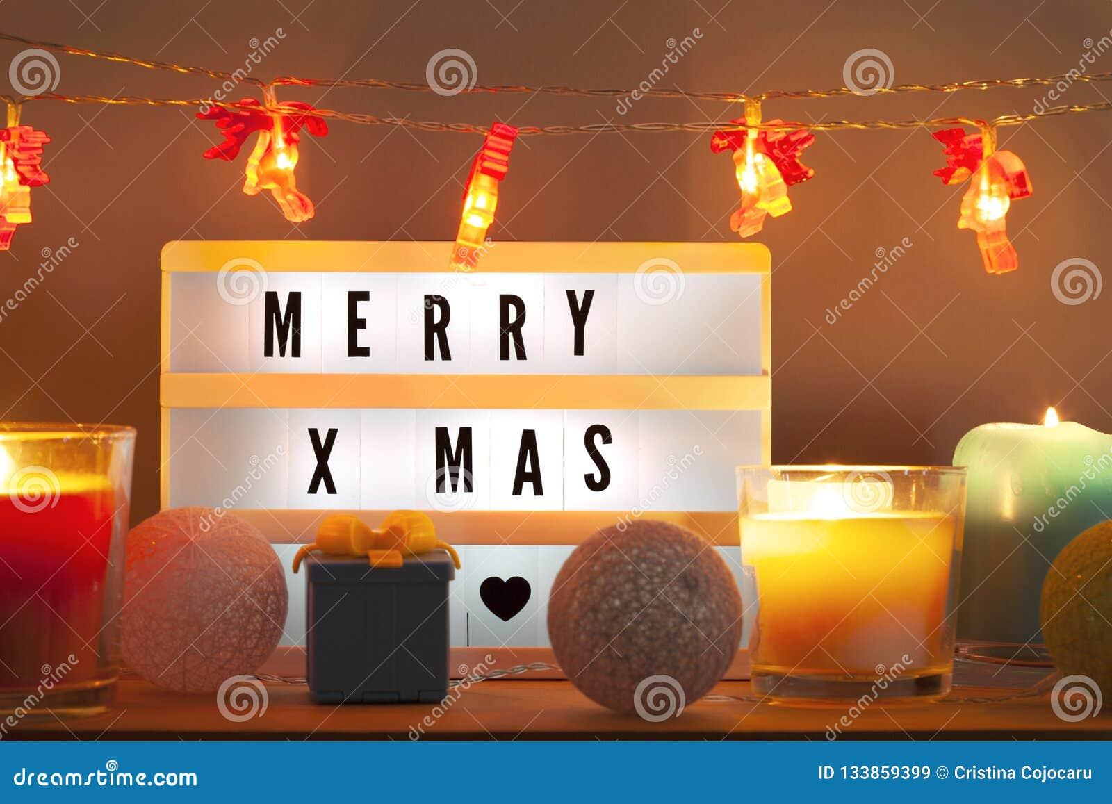 Fröhliches Weihnachten-lightbox und Weihnachtsdekorationen mit Geschenk