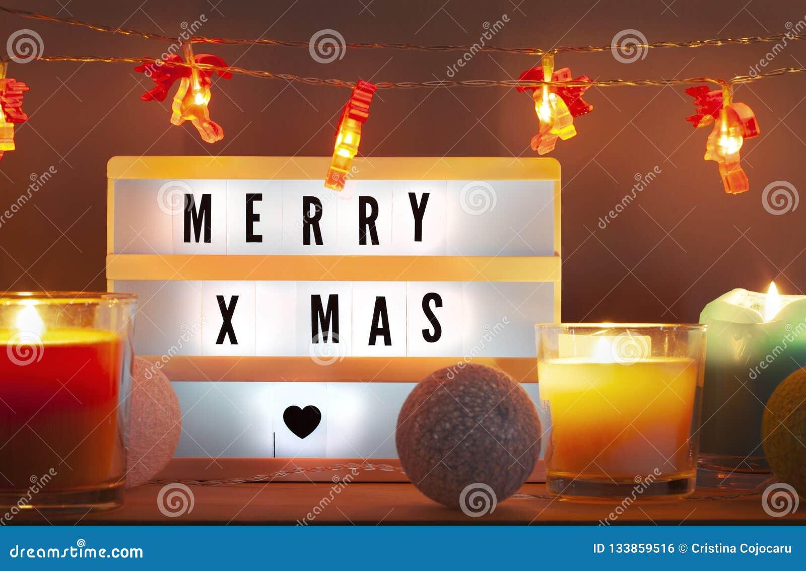 Fröhliches Weihnachten-lightbox und Weihnachtsdekorationen mit Kerzen