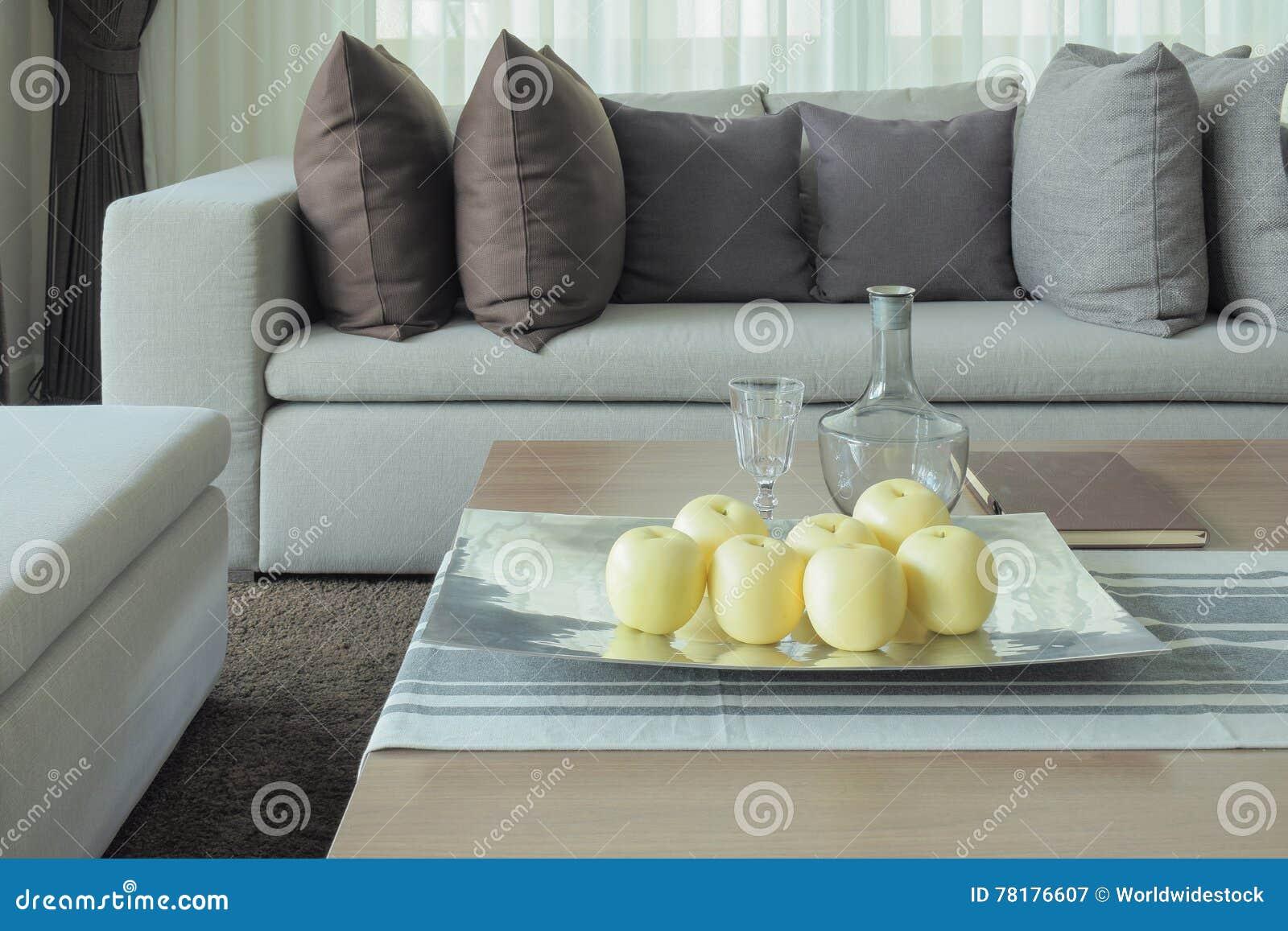 Früchte Auf Holztisch Im Modernen Wohnzimmer Entwerfen Mit Sofa Und ...