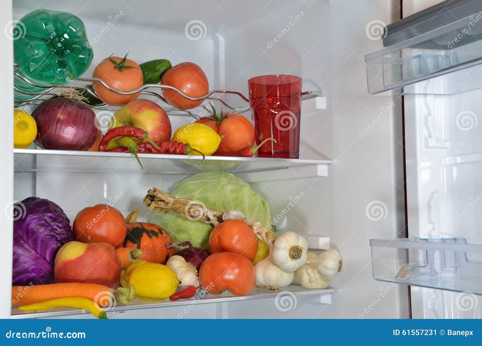 Fruchte Gemuse Und Wasser Im Kuhlschrank Stockbild Bild Von Gurke