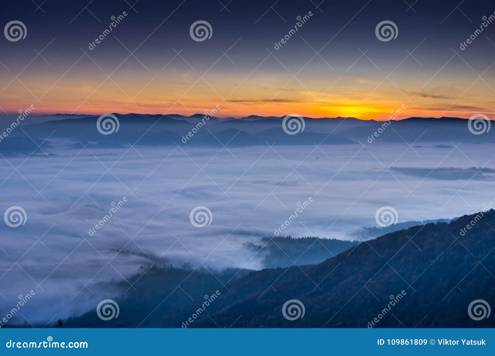 Frühe Dämmerung Das Steigen der Sonne über den Wolken Erwartung der Sonne
