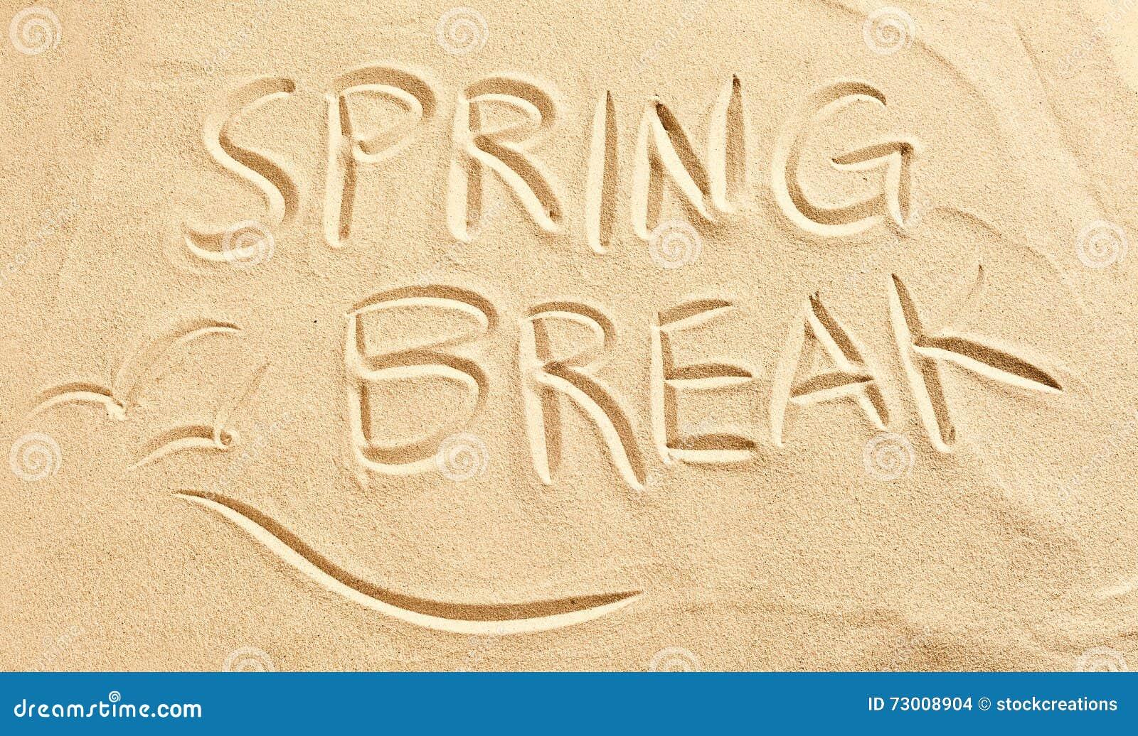 Frühjahrsferien und Seemöwen gezeichnet in Strandsand