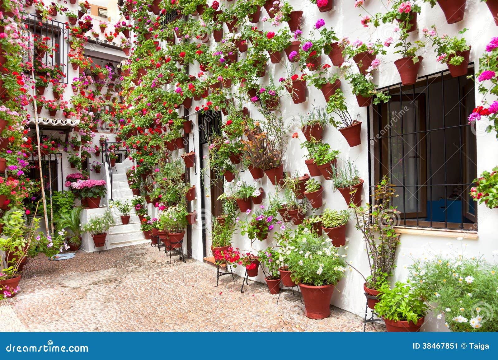 Frühling blüht Dekoration des alten Haus-Patios, Cordoba, Spanien