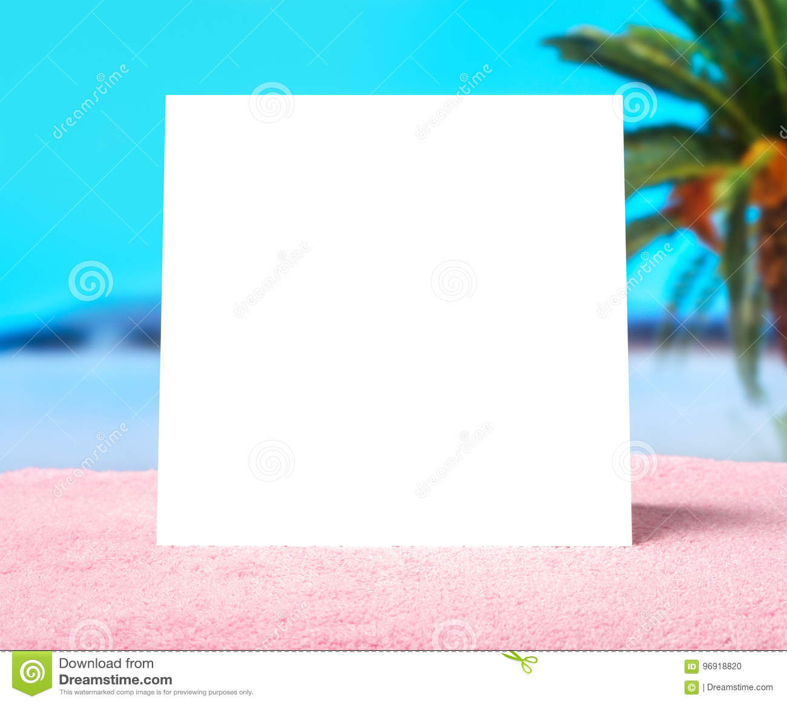 Frühlingsangebot oder Sommerschlussverkaufschablonenhintergrund Weiße leere quadratische Karte mit Freiexemplarraum auf einem Tuc