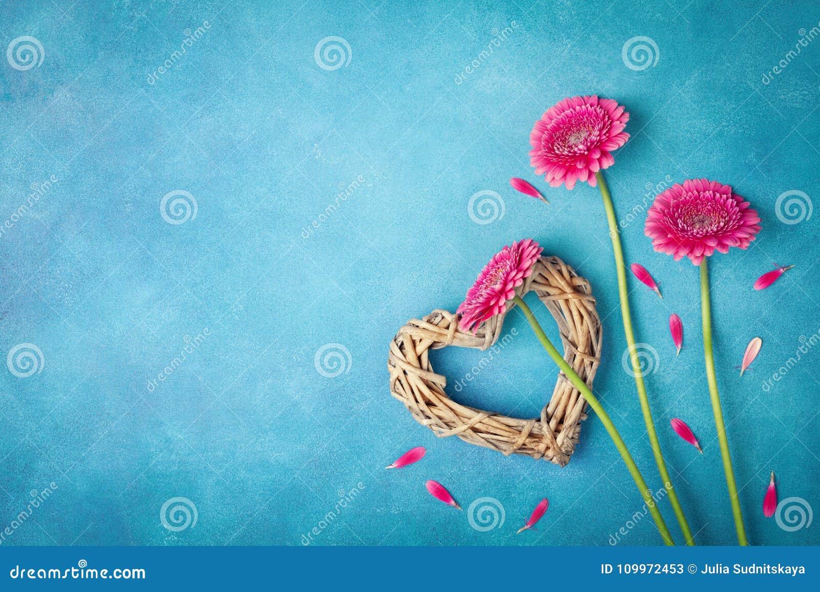 Frühlingshintergrund mit rosa Blumen, Herzen und den Blumenblättern Grußkarte für Frauentag flache Lageart Beschneidungspfad eing