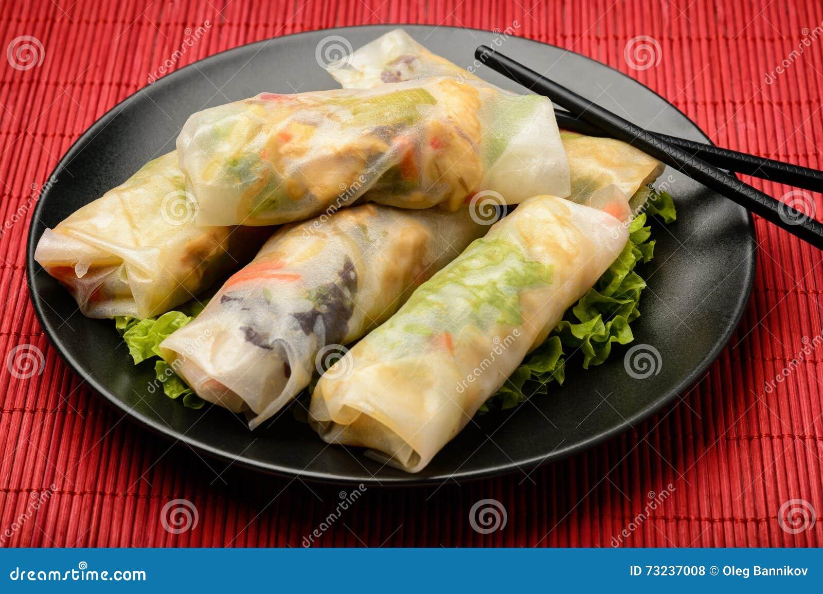 Frühlingsrollen Mit Gemüse Und Huhn - Traditionelle Vietnamesische ...