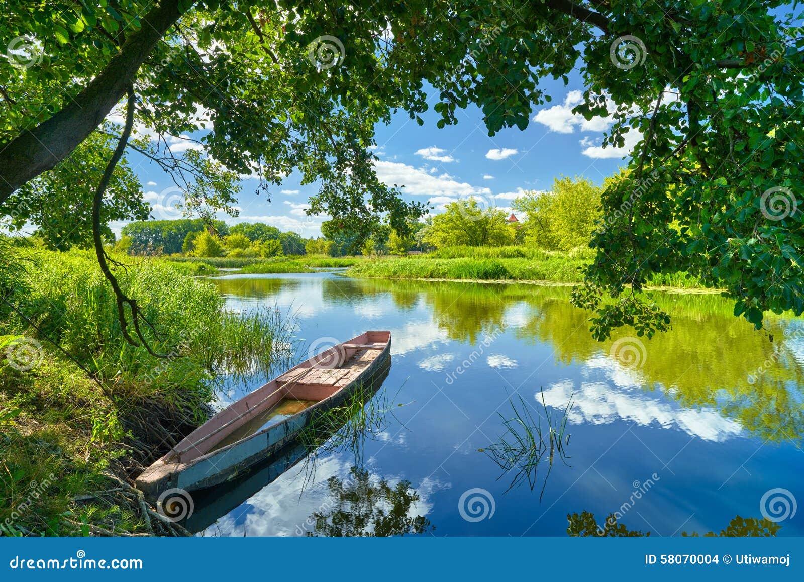 Frühlingssommerlandschaftsblauer Himmel bewölkt Flussboots-Grünbäume
