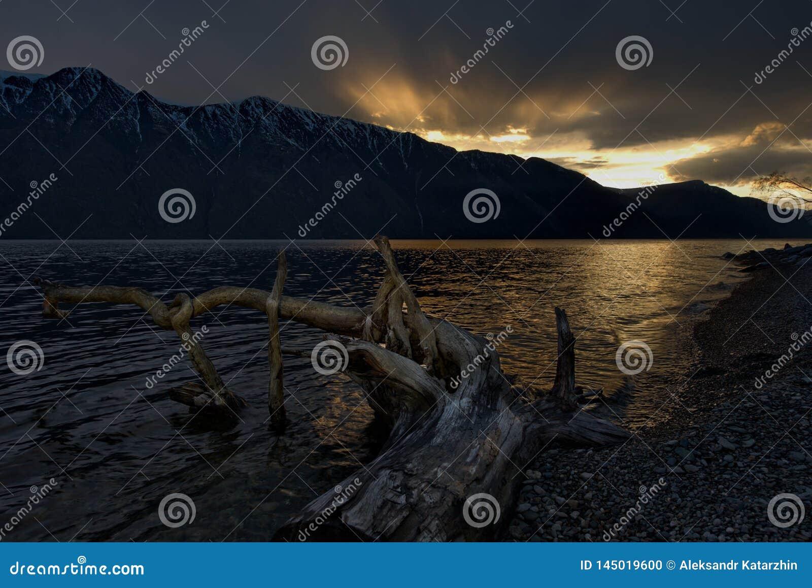 Fr?hlingssonnenuntergang auf einem Gebirgssee