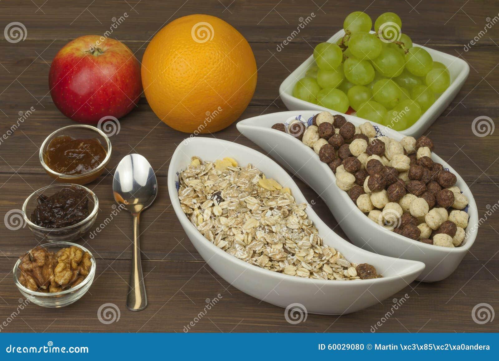 Frühstück der gesunden Diät des Hafermehls, des Getreides und der Frucht Nahrungsmittel voll von Energie für Athleten Das Konzept