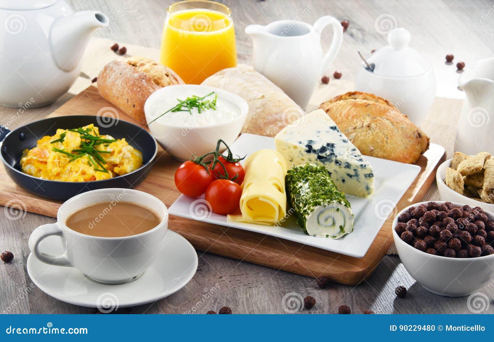Frühstück diente mit Kaffee, Käse, Getreide und durcheinandergemischten Eiern