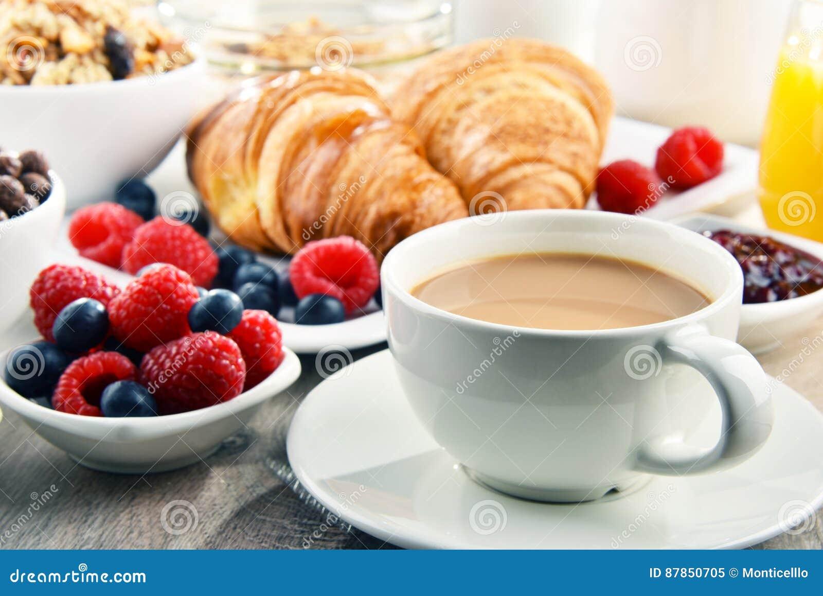 Frühstück diente mit Kaffee, Saft, Hörnchen und Früchten