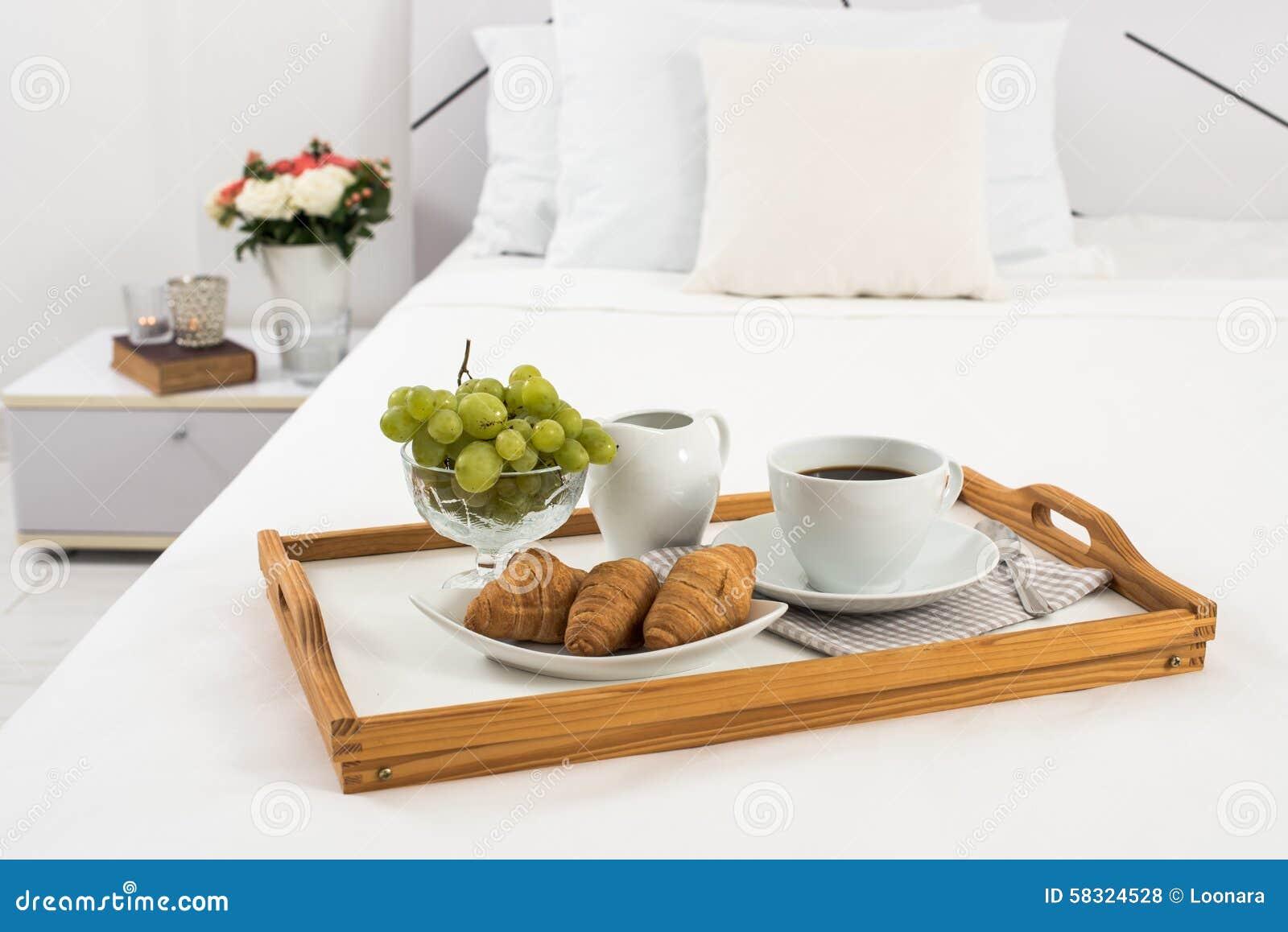 Frühstück Im Bett Stockfoto Bild Von Bettwäsche Möbel 58324528