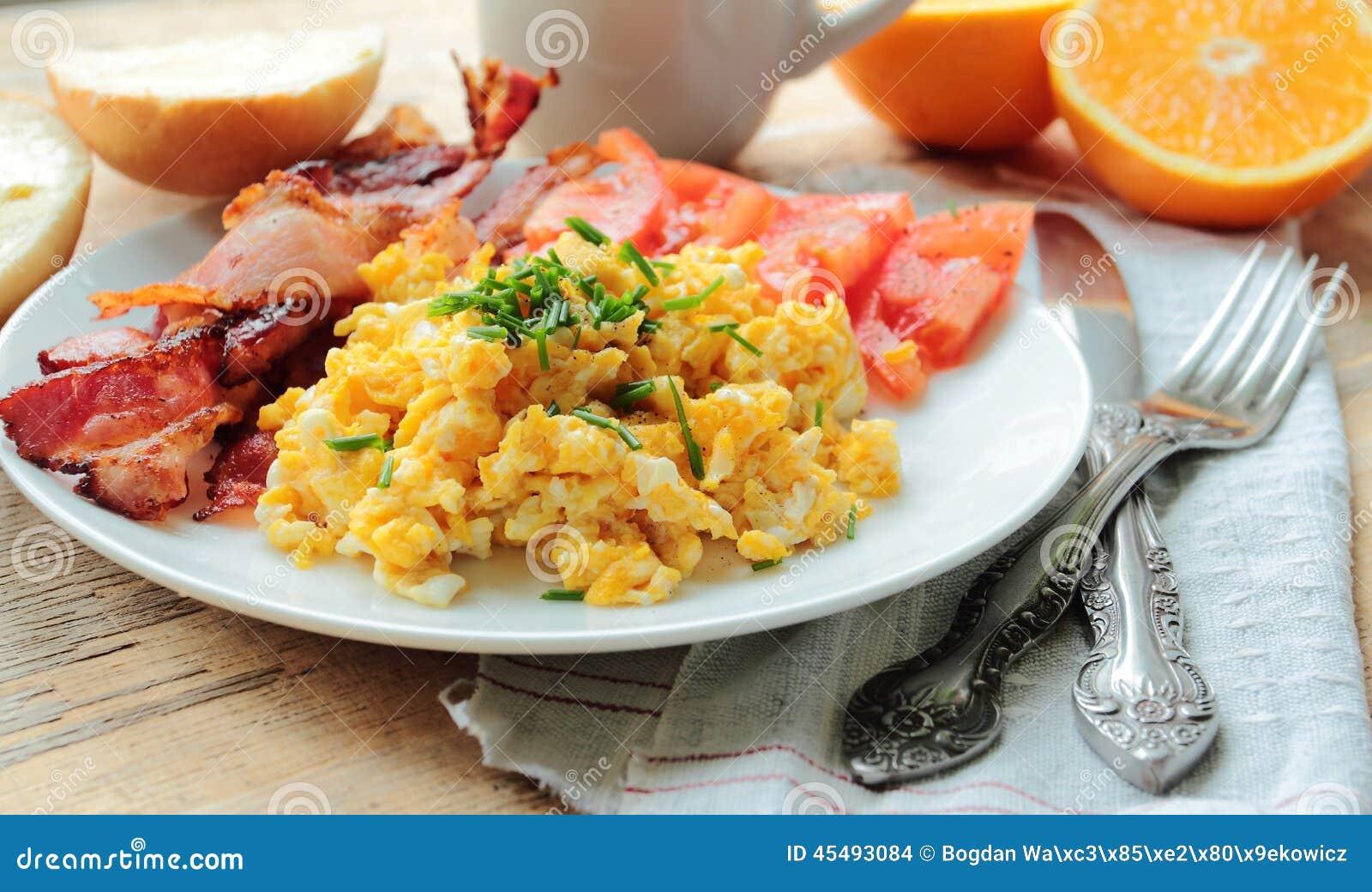 Frühstück mit durcheinandergemischten Eiern