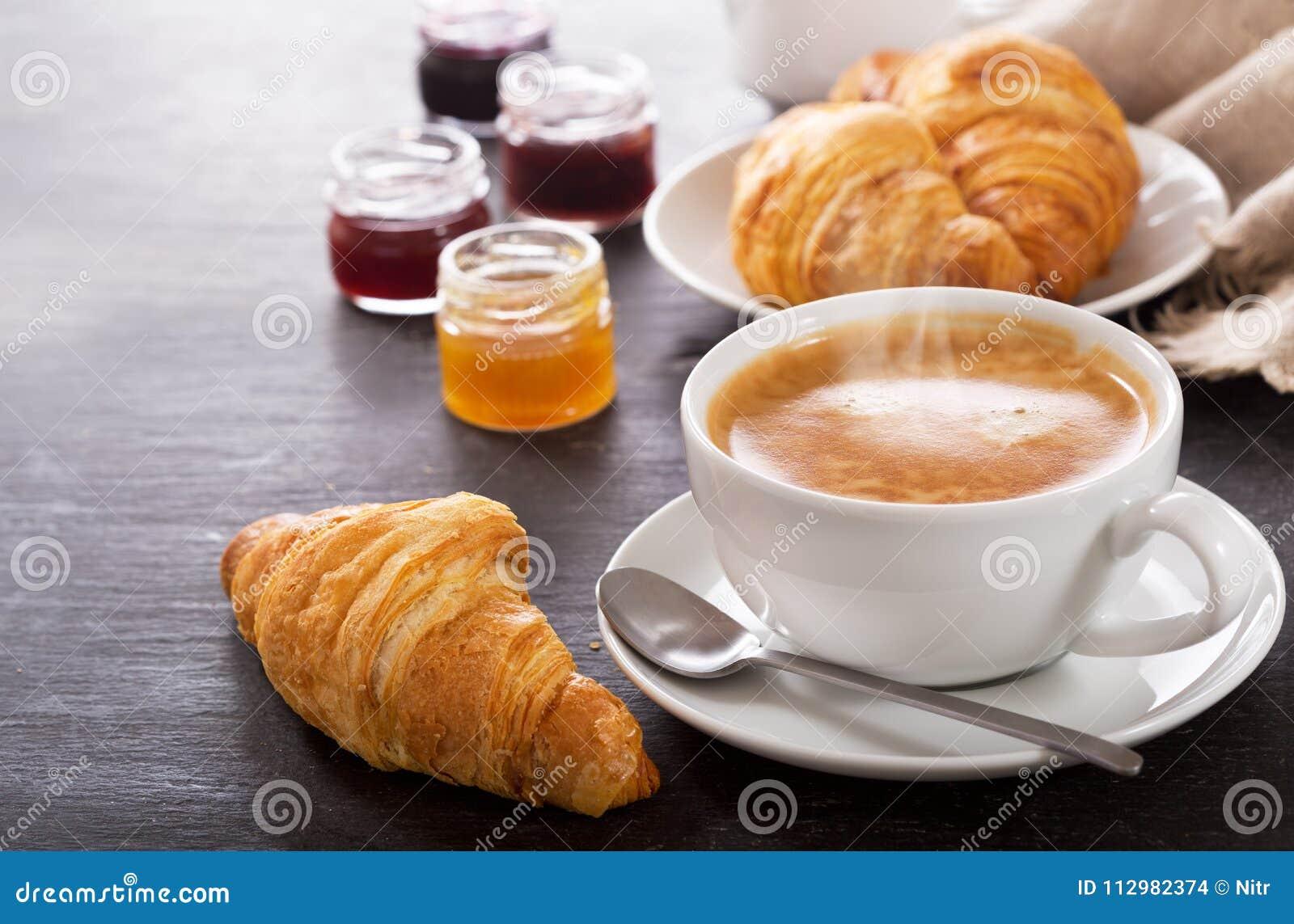 Frühstück Mit Tasse Kaffee Und Hörnchen Stockfoto - Bild von ...