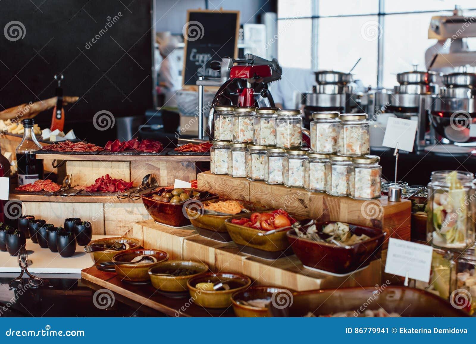 Frühstücksbuffet In Der Offenen Küche Des Restaurants Stockbild ...
