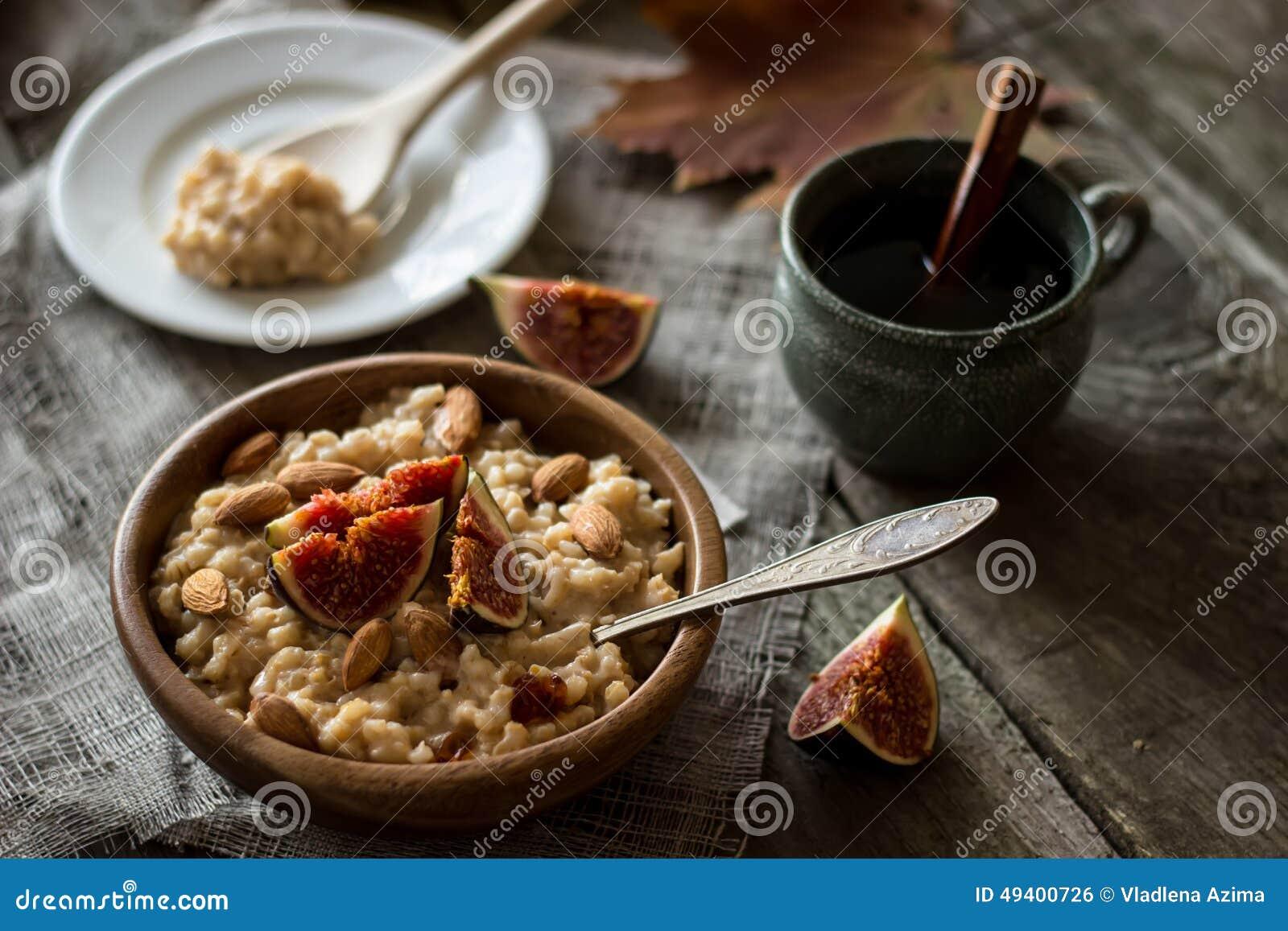 Download Frühstücksperlegerstenbrei Mit Einer Feige Stockfoto - Bild von weinlese, feige: 49400726
