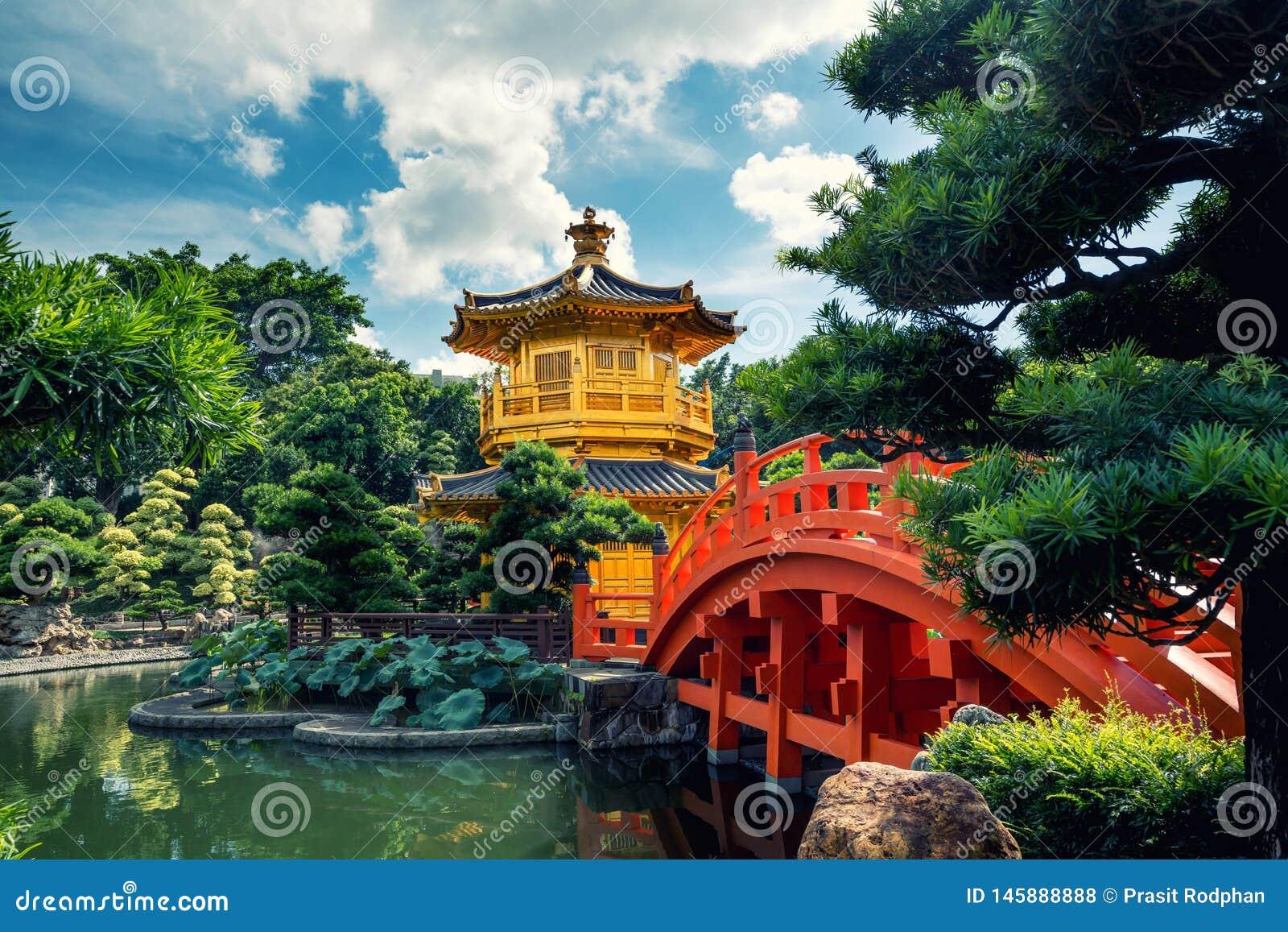 Fr?mre sikt den guld- paviljongtemplet med den r?da bron i den Nan Lian tr?dg?rden, Hong Kong askfat